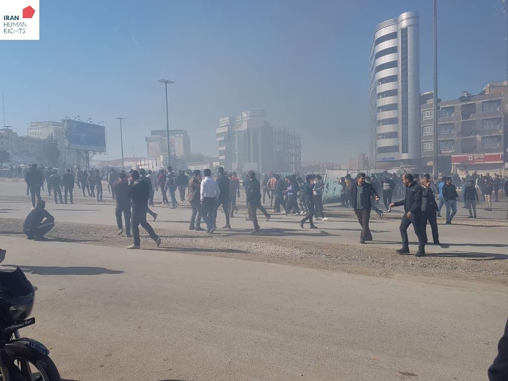 این عکس مربوط به روز شنبه ۲۵ آبان در کرمانشاه است. منبع: سازمان حقوق بشر ایران